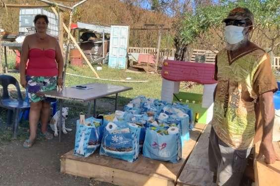 Le Secours catholique distribue des colis alimentaires dans les squats de Nouville