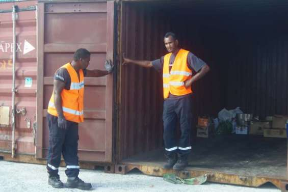Maré : un conteneur ouvert pour faire parvenir des vivres à Nouméa