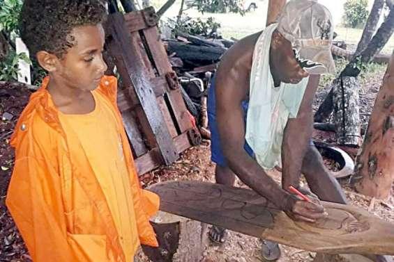 Des cadeaux sculptéspar les Kunié pour ledépartdu commandant