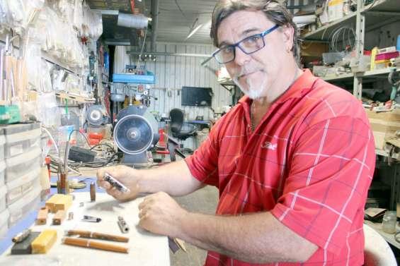 Daniel Martinifabrique des stylos uniques avec les richesses de Nouvelle-Calédonie
