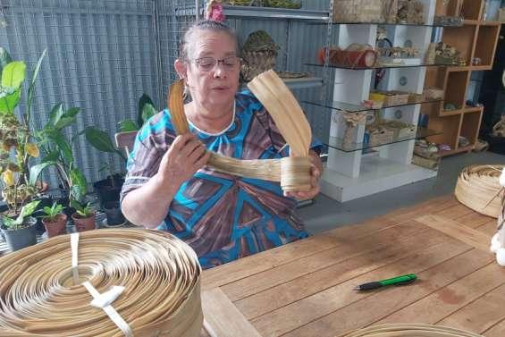 En véritable orfèvre, Koleti Katoa façonne la fibre de pandanus