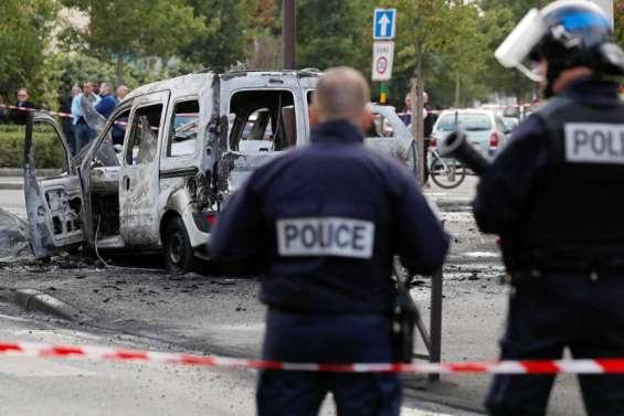 Policiers brûlés: cinqjeunes condamnés ethuitacquittés