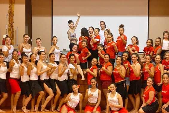 Cinquante danseuses tahitiennes à la salle Au Pitiri