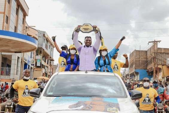 Le championcamerounais Ngannou accueilli en héros