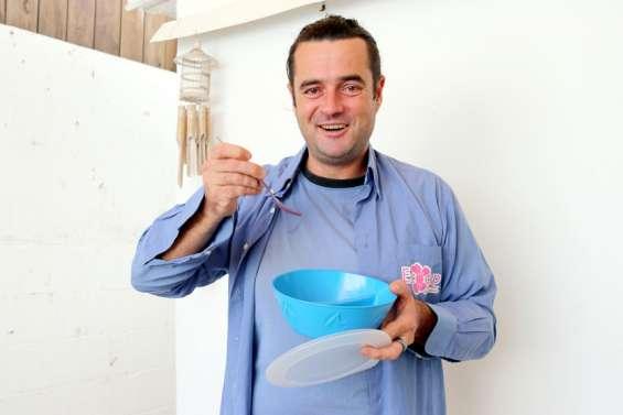 Il propose des gamelles en plastique lavables, réutilisables et consignées