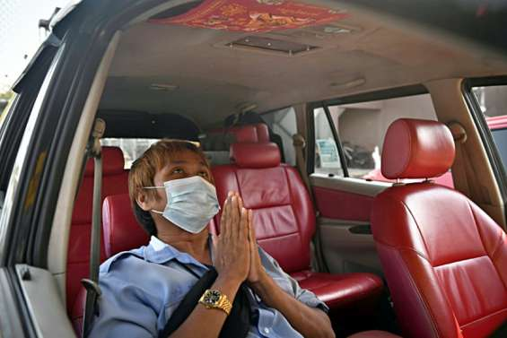 Thaïlande: les amulettes bouddhistes, objets porte-bonheur face au coronavirus