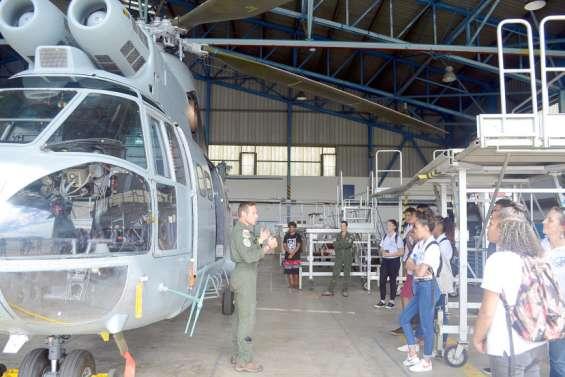 Des lycéens découvrent la base aérienne