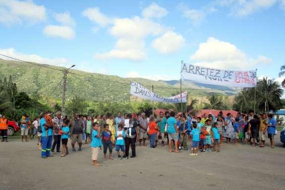 Ponérihouen : une centaine de marcheurs contre les vols en milieu scolaire