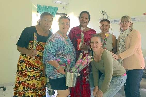 Une rose et un cadeau offerts aux mères de l'hôpital