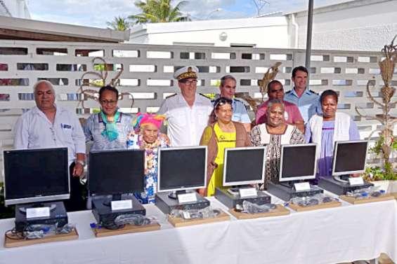 Six ordinateurs remis  à des associations