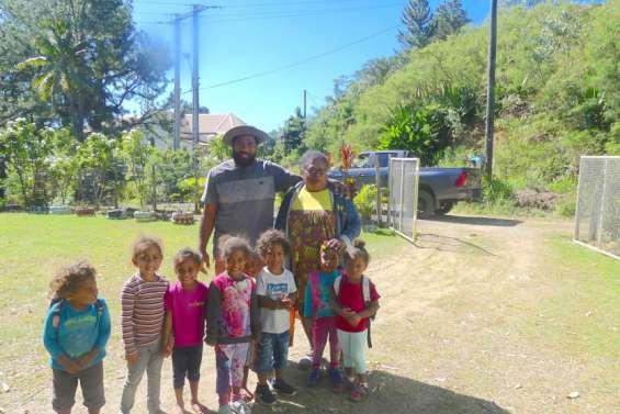 Une intervenante en languenyêlayu  à l'école maternelle de Balade