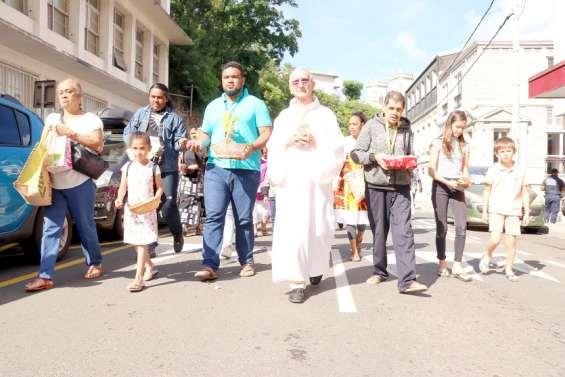 Nouméa : des fidèles défilent pour la Fête-Dieu