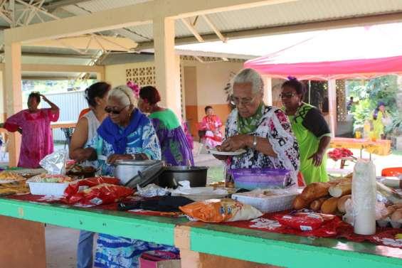 Les seniors à l'honneur lors d'un repas partage au marché de Koné