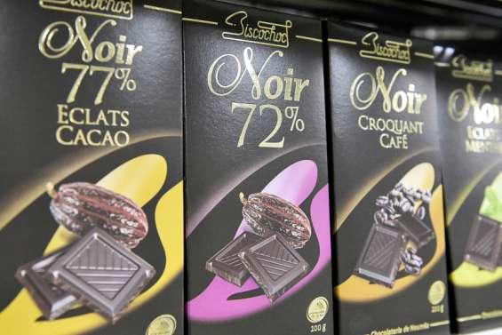 Des tablettes de chocolat locales exposées dans les jardins de l'Élysée