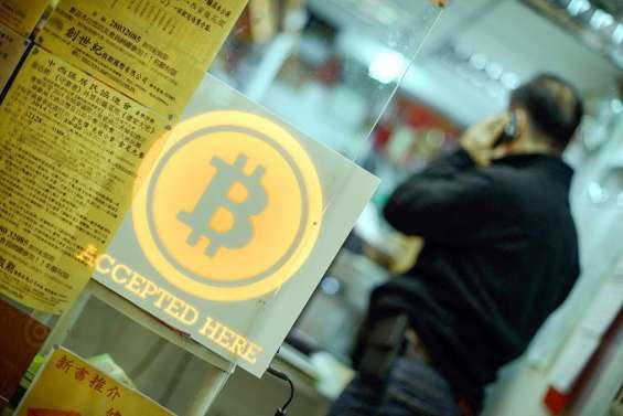 Le bitcoin fait volte-face après être tombé sous les 30000dollars