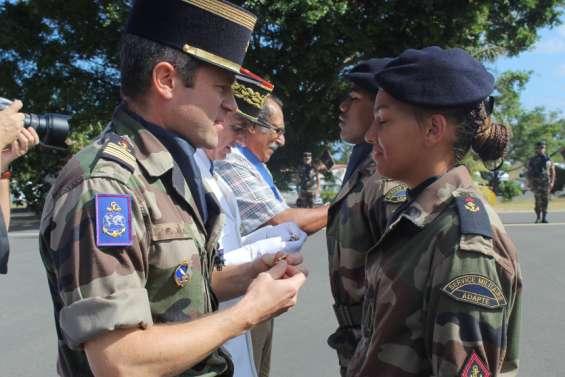 Cinquante-trois stagiaires du RSMA ont été présentés au drapeau à Koumac