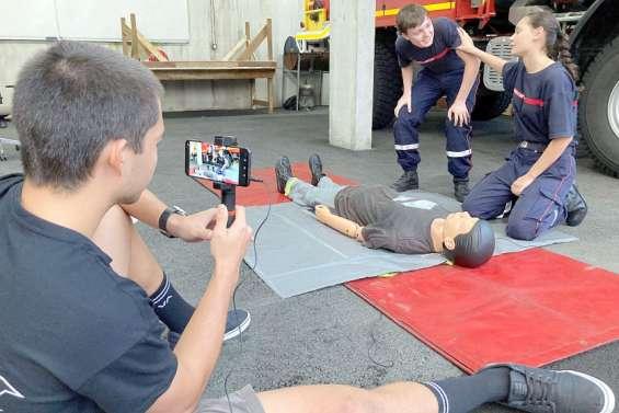 Face caméra, les jeunes pompiers jouent les acteurs de la prévention