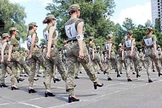 Tollé sur le port d'escarpins pour femmes soldats