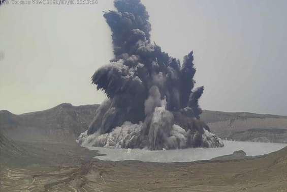 Un volcan crache  un gaz toxique  non loin de Manille