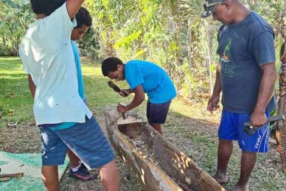 Des collégiens réalisent une pirogue au musée de la Mine