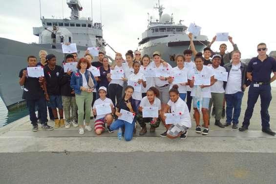 Des collégiens découvrent la Marine