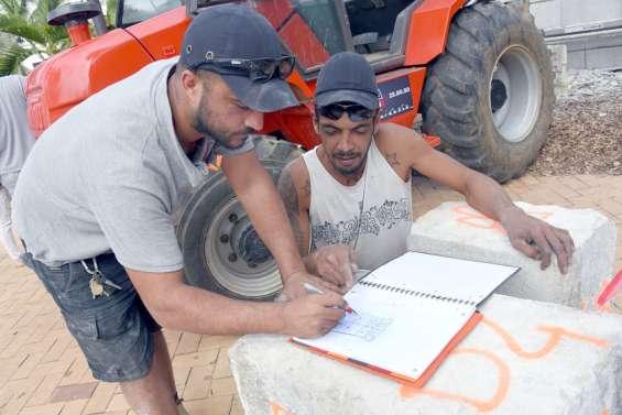 Les tailleurs de pierre démontent le socle de la statue Olry sur la place des Cocotiers