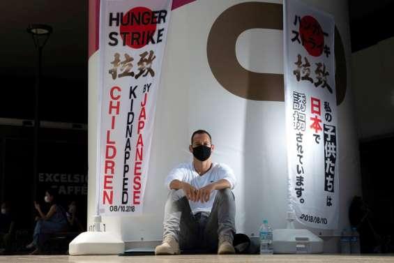 Un père français cesse sa grève de la faim