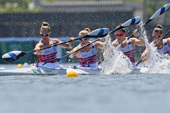 Bart (C1) et l'équipage féminin du K4 en demi-finales