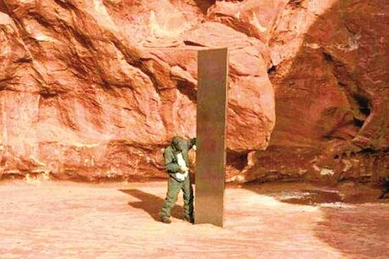 Un mystérieux « monolithe de métal » dans le désert alimente les fantasmes