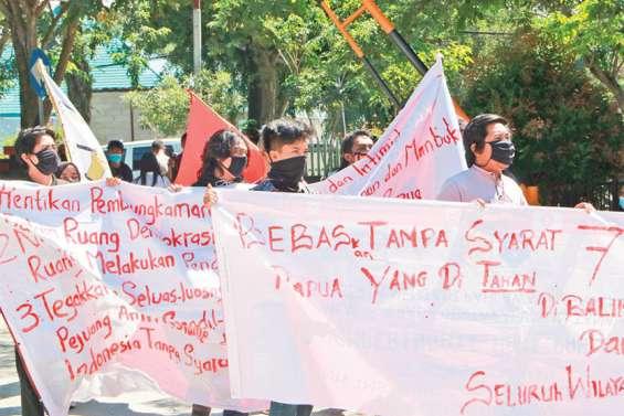 Sept militants papous condamnés pour trahison