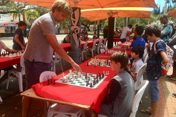 Découvrir les échecs sur la place des Cocotiers