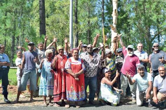 Le collectif de Baraoua pose un Mwakaa devant l'entrée de l'Ocef
