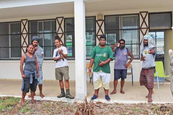 Six jeunes en chantier communautaire à Hwadrilla