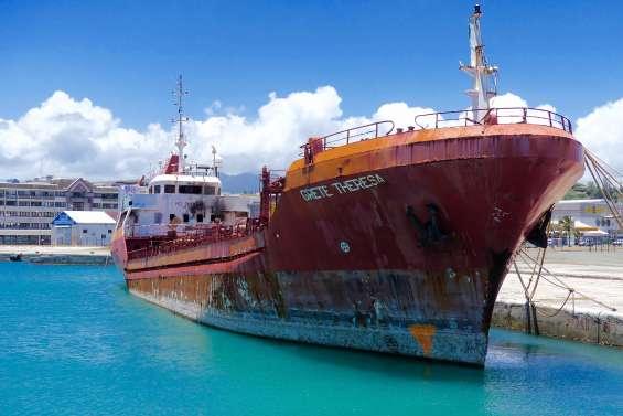 MAJ 15 h 30 : Un navire incendié à Nouméa : pas de pollution avérée