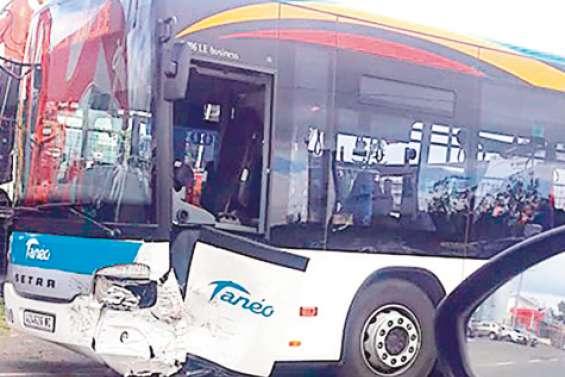 Il percute l'avant d'un bus Tanéo à Nouméa, pas de blessé