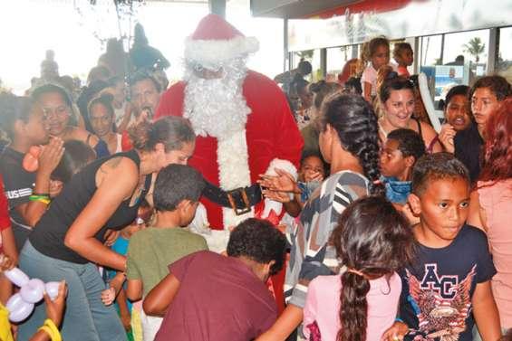 Le père Noël a posé sa hotte au centre Kenu-In