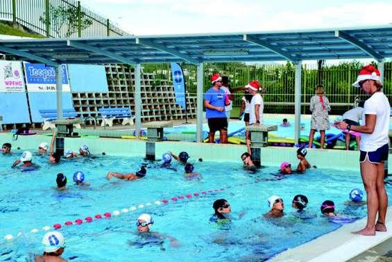 Les petits nageurs s'amusent dans le grand bain avant l'arrivée du père Noël