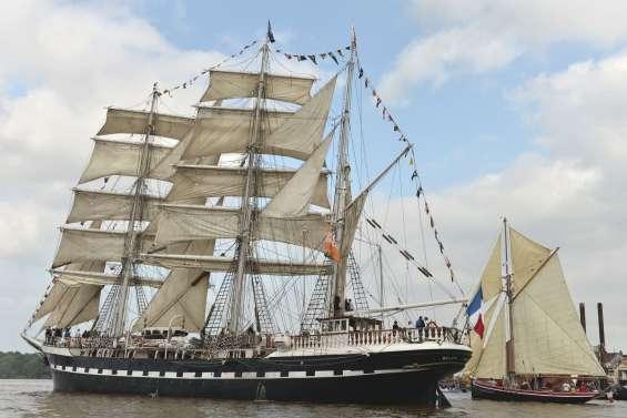 Le Belem parade sur la Loire pour ses 120 ans