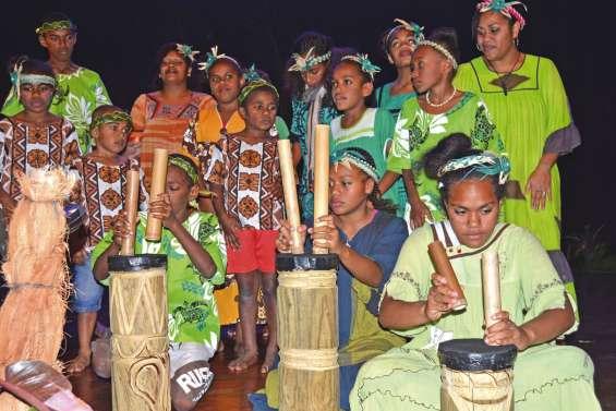 Les enfants de Poindah et de Mou chantent pour le paicî