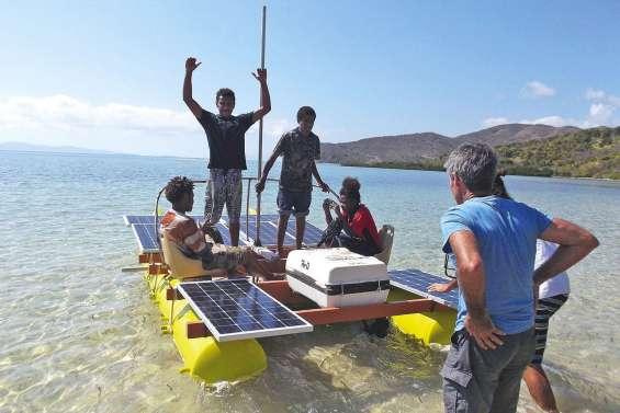 Les collégiens montent à bord du Dawa Écolo