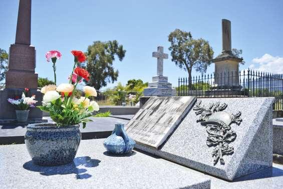 Des fleurs au mausolée des Paddon ?