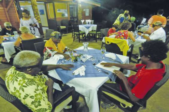 Un premier repas dans le noir hors de Nouméa
