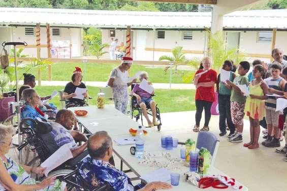 Jeunes et seniors préparent Noël dans la bonne humeur