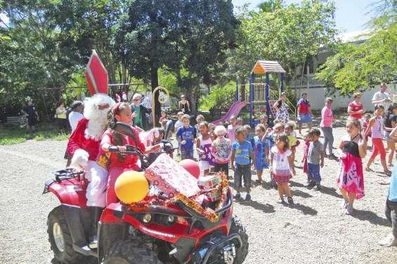 Saint Nicolas récompense les enfants