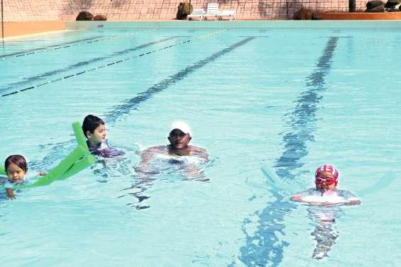 Les vacanciers apprennent  à nager dans le Grand Bleu