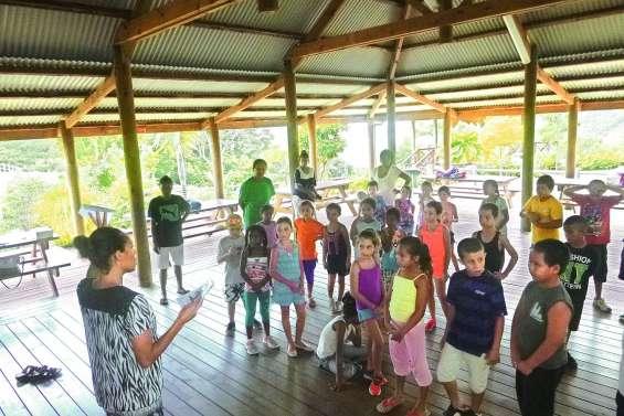 Les petits vacanciers explorent  le parc des Grandes Fougères