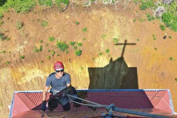 Travaux de haute voltige  au clocher de Vao
