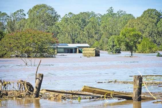 Cinq morts : le bilan du cyclone s'alourdit