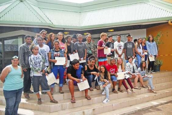 Le collège met en scène une remise de diplôme à l'américaine
