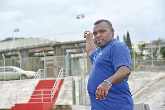 A l'entraînement avec…  le lanceur Thierry Washetine